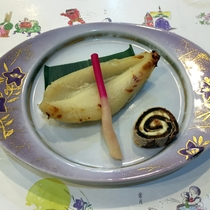 *夕食(一例)ふぐの西京焼き。季節によってご提供するお魚は異なります。
