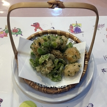 *夕食(一例)そら豆と海老のてんぷら。青海苔と塩で味付けされています。