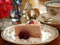 2008年の新作。桜の香りのレアチーズケーキ。桜紅茶と召し上がれ!