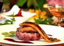 「初めてのフォアグラ」焼きアナゴとコラボ。さわやかなシャーベットもついて。オーナーのおススメの一品