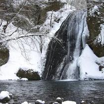 *雪に包まれた峨ろうの滝
