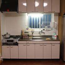 大きな冷蔵庫とキッチン