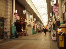 上川端商店街の一角に当館はございます。