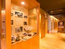 【宇野千代さん縁の品々をフロント横のスペースに展示しております】