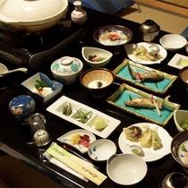*お夕食一例。鮎、山女、岩魚や、山菜中心の天ぷらなど、山里の素朴な味わいをご用意致します。