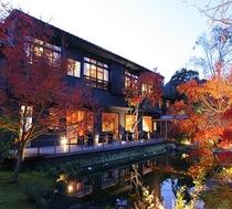 夕景の玉峰館とライトアップされた紅葉