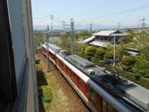 ホテルの窓から近鉄電車が