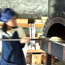 *本格石窯でピザ作り。数分でおいしそうないい匂いが漂います。