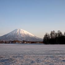 *【周辺】冬のニセコ。羊蹄山が白く色づき、一面白銀の世界が広がります。