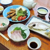 【夕食一例】女将手作りのボリューム&栄養満点の家庭料理。