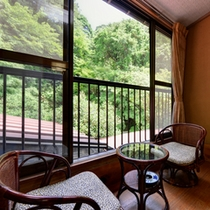 *和室二間(客室一例)/窓辺の椅子に腰かけて、頬をなでる心地よい風に癒される。