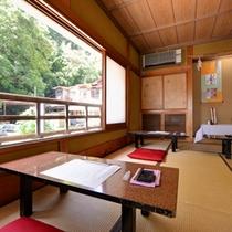 *写経室/窓の外には緑を望み癒される空間です。