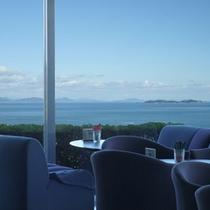 ラウンジで海を眺めながら、楽しいおしゃべりを…。