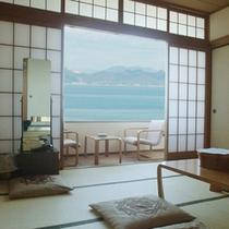 【和室】窓からは瀬戸内海と多島海景をご覧いただけます。