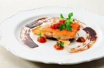 鮮魚のポワレ フレッシュトマトとバルサミコビネガーソース アンチョビの香り
