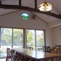 お食事は2012年に改装した木造洋風の食堂にてご用意します
