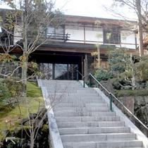 ≪外観≫富雄川沿いに位置する自然に囲まれた静かなお寺で宿坊体験してみませんか?