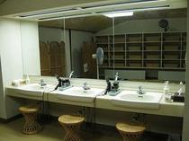 4F大浴場の脱衣場の化粧台