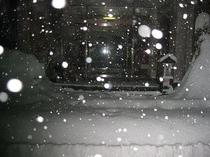除雪前の朝の玄関