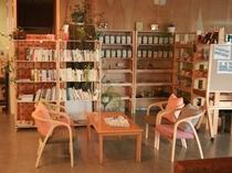 フロントの横には様々なジャンルの本や各種ハーブ、ウェイティングスペースもご用意しております。