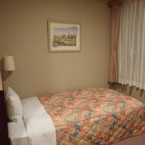 【シングル】ビジネス、レジャーにおすすめ!広々と寛げるベッドのお部屋です。