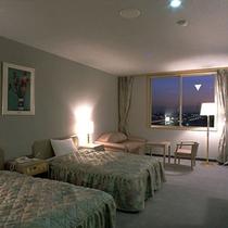 【ツインルーム】ベット2台のお二人で寛げる優しい色合いの落ち着いたい部屋です。