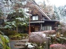 玄関前の初雪(25年11月30日撮影)
