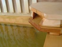 【露天風呂】ヒバ材を使用した木風呂。懐かしい木の香りに心身ともに癒されてください。