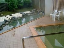 【露天風呂】本格的な石造りの岩風呂と、ヒバ材を使用した木風呂の2種類がございます。