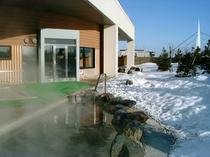 【露天風呂 冬】温かい温泉につかりながら、冬の冴えた空気と雪景色を堪能。