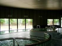 【内風呂】内風呂からも外の景色をお楽しみいただけます。