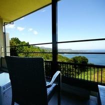 一般客室からは切り立つ城ヶ崎海岸を境に広がる海と、伊豆高原をご覧いただけます。