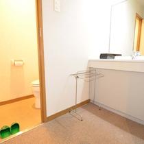 *トイレ・空の冷蔵庫・お茶セット・ポット・TV・消臭剤などを完備。