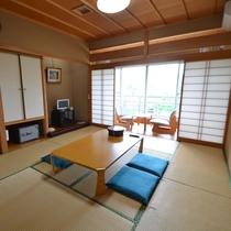 *10畳のお部屋。トイレ・空の冷蔵庫・お茶セット・ポット・TV・消臭剤などを完備。