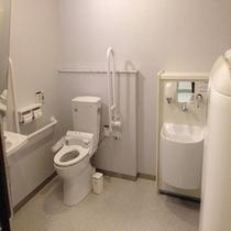 【多目的トイレ】1Fロビーにございます。ベビーシートもあり赤ちゃんのオムツ換えに安心です。