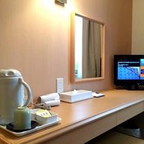 デスク(電気ポット、コップ、湯のみ、お茶、ドライヤー、テレビ)