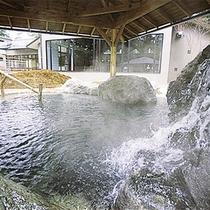 *日帰り入浴施設《大芝の湯》/豊富に注がれる天然温泉。高原の空気の中で入る温泉は格別。