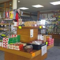*館内お土産コーナー/館内のコーナーにも人気のお土産を揃えています。