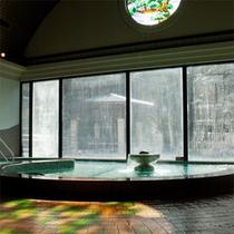 *日帰り入浴施設《大芝の湯》/窓の外の景色を眺めてのんびりとお過ごしください。