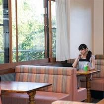 *館内レストラン『パル』/窓の外の緑を眺めながらお食事をお楽しみ下さい。