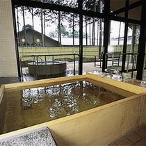 *日帰り入浴施設《大芝の湯》/内湯と露天風呂のある広々とした家族風呂。