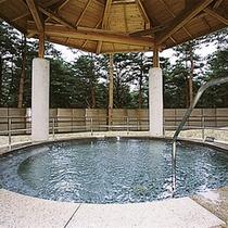 *日帰り入浴施設《大芝の湯》/自然の中に点在する多様なお風呂は地元の方にも大人気!