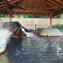 *日帰り入浴施設《大芝の湯》/岩づくりの露天風呂は大人数でも安心の広さ。