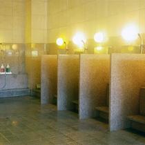 *館内大浴場一例/お一人様ずつしきりの付いた洗い場。