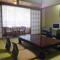 *和室10畳一例/広さは人数によりおまかせとなります。窓の外の豊かな森を眺めて癒しのひとときを。