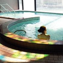 *日帰り入浴施設《大芝の湯》/ステンドグラスの光が印象的な大浴場。