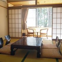 *本館和室8畳一例/窓の外には広大な森林が広がっています!足を伸ばしてリラックス。