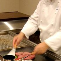 シェフがお部屋で調理します。目の前で調理した熱々のお料理を召し上がりください。