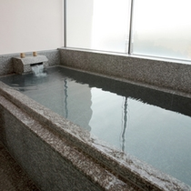 プレミアムスイートルームの半露天風呂。好きな時間に好きなだけ温泉をご堪能いただけます。