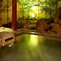【大浴場-露天風呂】夜は星空と柔らかな灯りの元、こんこんと湧く温泉をお愉しみください。